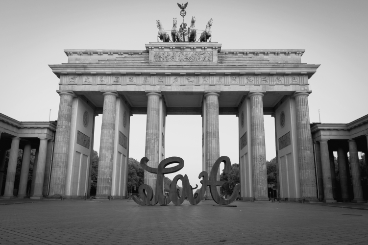 LOVE HATE am Brandenburger Tor